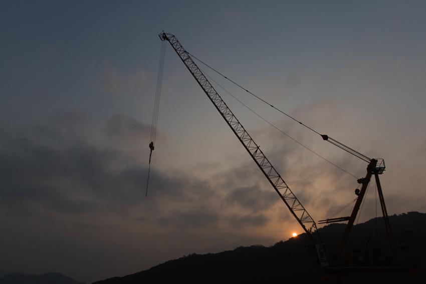 nicolaberry_wk46_crane at sunrise_hong kong