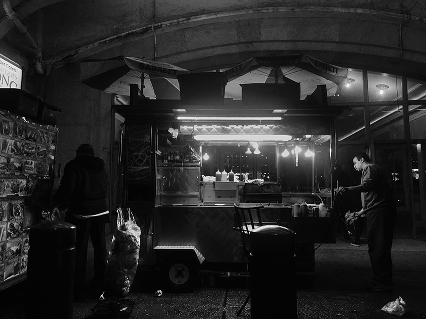 colleen_putman_street_vendor_at_night_manhattan
